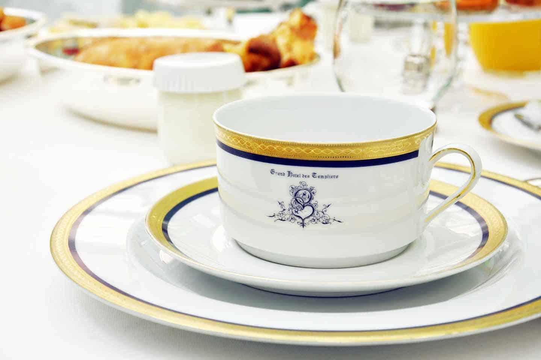 Une tasse en porcelaine de limoge, pour le grand hôtel des templiers à Reims.
